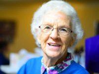 אישה קשישה מחייכת