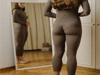 בחורה מסתכלת על הגוף מול המראה