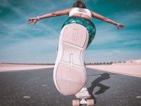 בחורה רוכבת על סקייטבורד