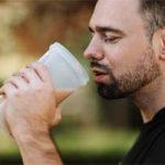 אדם שותה שייק אחרי אימון