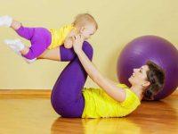 אמא עושה התעמלות עם התינוק שלה