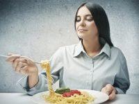 אישה אוכלת פסטה