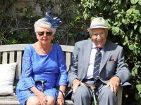 זוג בגיל השלישי יושב על ספסל