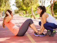 שתי בנות עושות תרגיל בטן
