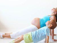 אמא בהריון ובנה עושים כושר