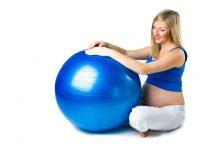 אישה הריונית עם כדור פיזיו