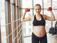 אישה בהריון מרימה משקולות