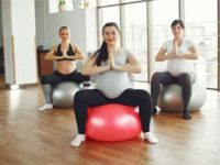 נשים הרות עושות יוגה