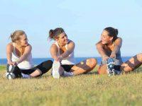 שלוש בנות עושות מתיחות