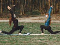 שתי בנות מתאמנות בחוץ עם מסיכות