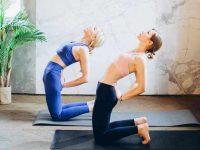 שתי נשים עושות שיעור יוגה