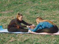 שתי בנות עושות מתיחות בחוץ