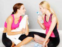 שתי נשים ספורטיביות מחייכות