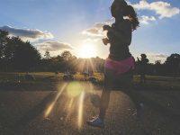 בחורה ספורטיבית צועדת בפארק