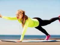 בחורה מתרגלת תרגיל לשיווי משקל