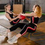 שתי נשים מתעמלות עם כדור כוח